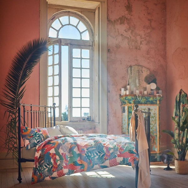 En säng bäddad med nyheten SKOSFIBBLA, ett påslakanset i flera mönster och färger.