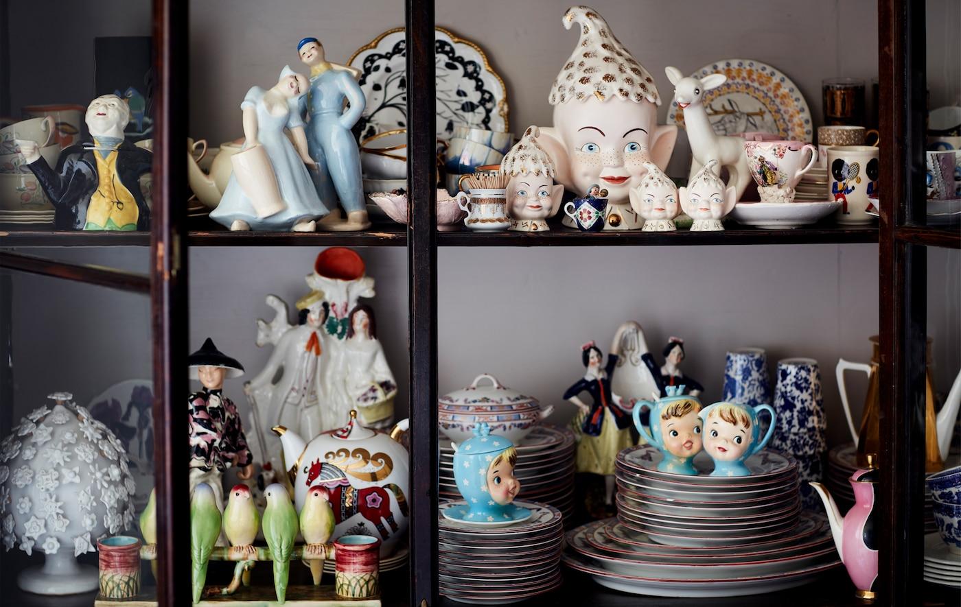 En samling porslinssaker i ett glasskåp.