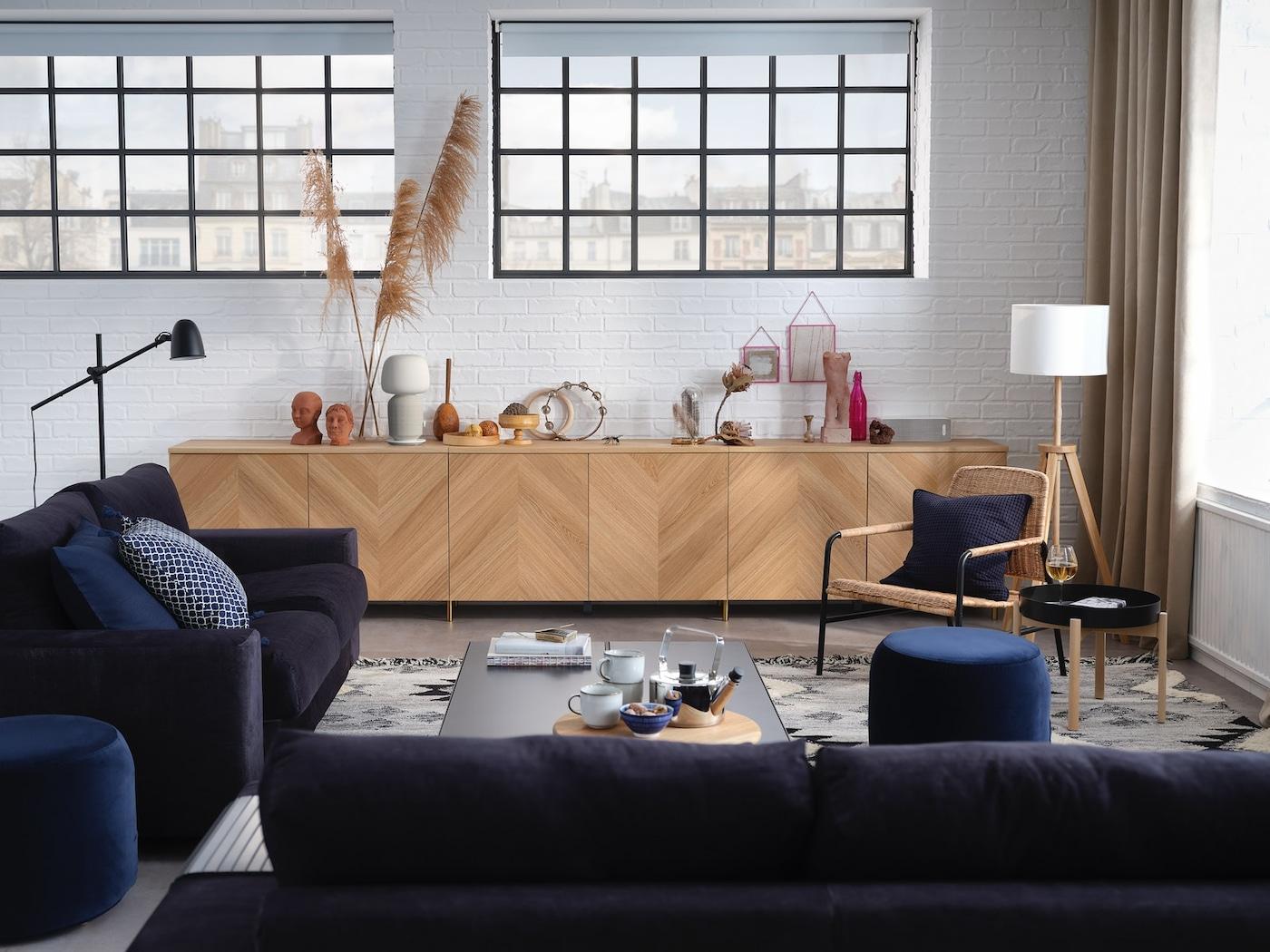 En stue med speil, sofa og sofabord i en koselig stil.