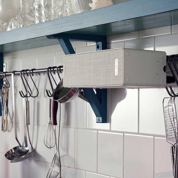 En SYMFONISK høyttaler på veggen på kjøkkenet.