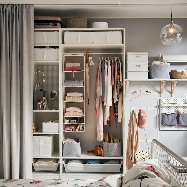 En vit PAX garderob med praktisk inredning
