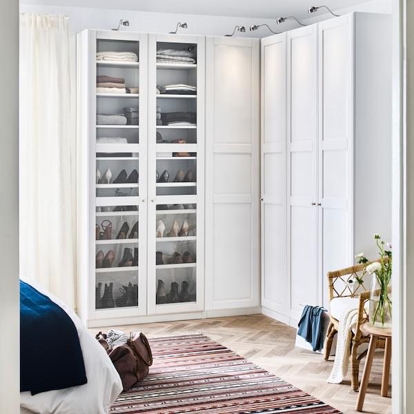 En vit PAX/TYSSEDAL garderob med hörnlösning.