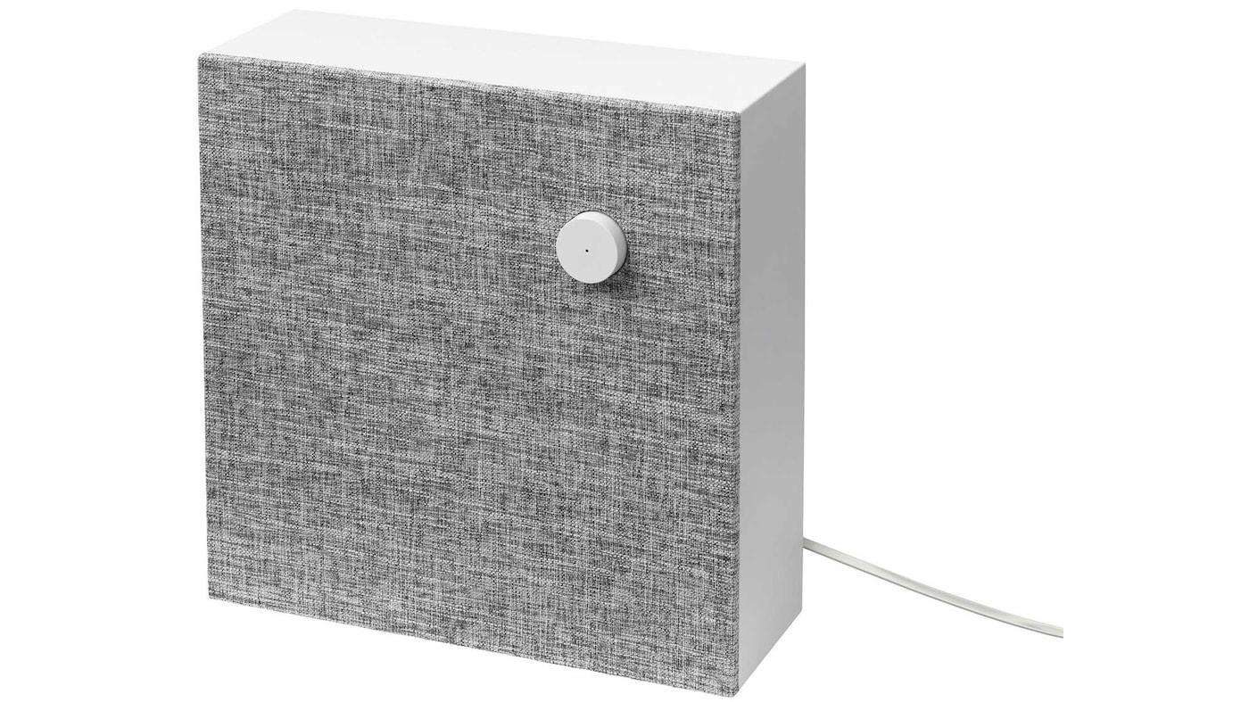 Enceinte Bluetooth ENEBY fixée sur un mur blanc.