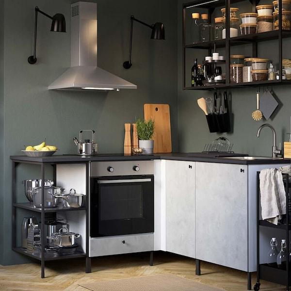 ENHET-keittiökalusteet, jossa on tummanharmaat seinät. Keittiön kaappien ovet ovat vaalean harmaat.