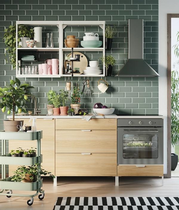 ENHET Küchenzeile mit hellen Schrankfronten und einem weißen Wandregal