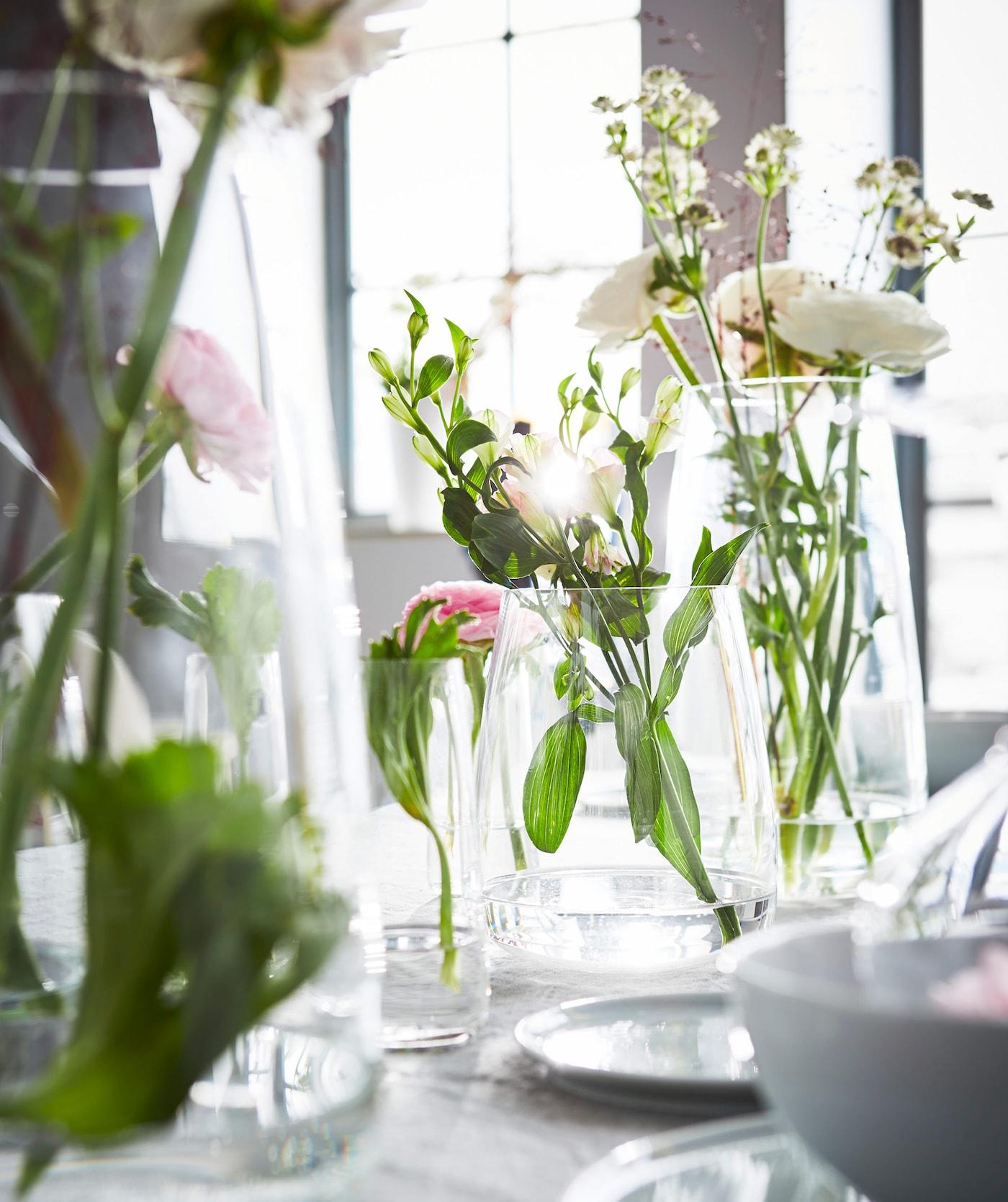 Merveilleux Ensemble De Vases En Verre Transparent Avec Arrangements Floraux Sur Une  Table De Salle à Manger