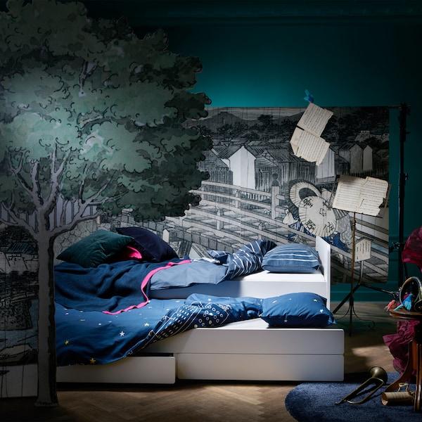 Entdecke SLÄKT Unterbett mit Aufbewahrung. Es ist ideal für Kinder und spontane Übernachtungsgäste oder zum Entspannen im und ums Bett herum.