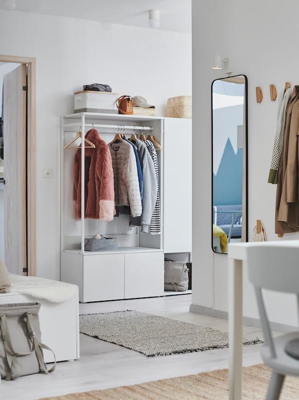 Enterijer hodnika sa stanicama za kačenje ili odlaganje odeće, s belim PLATSA garderoberom.