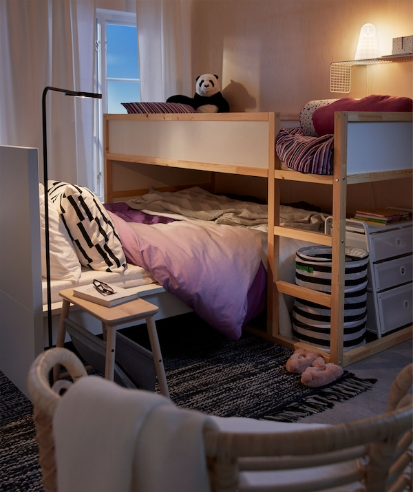 Enterijer spavaće sobe s izdignutim krevetom naspram nižeg kreveta, pošto se dečji krevet graniči s roditeljskim.