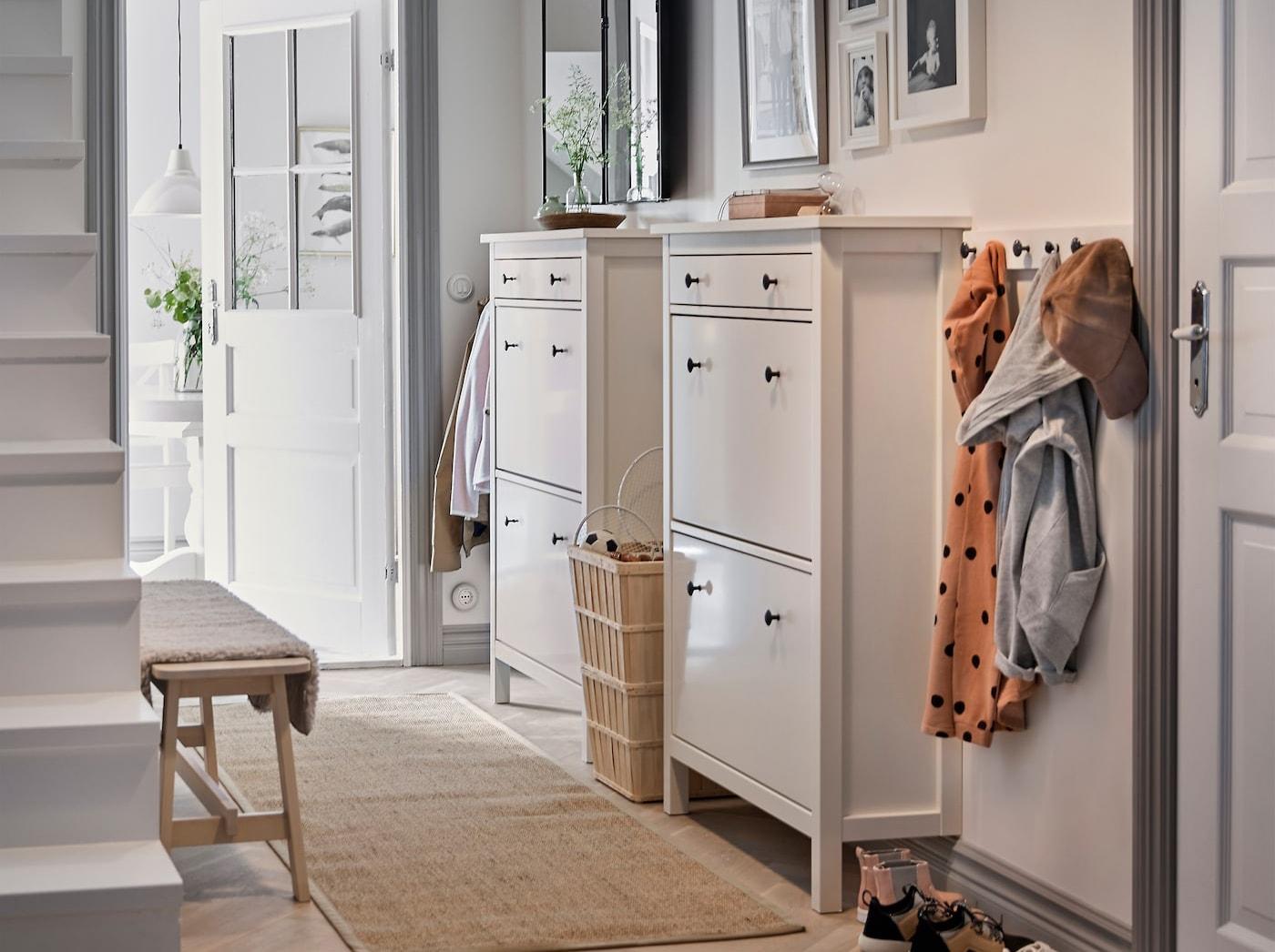 Entrée blanche meublée d'une armoire à chaussures, d'un range-chaussures et d'un portemanteau, le tout en blanc