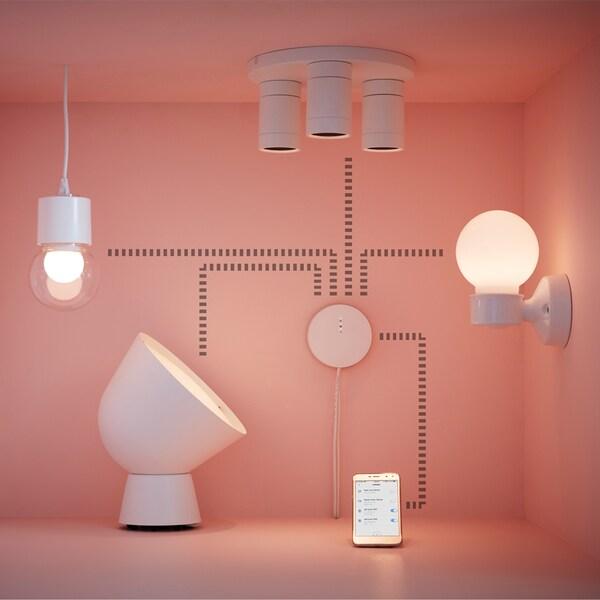 Erilaisia valaisimia tilassa. Valaisimien ja kännykän välillä kaaviokuva.