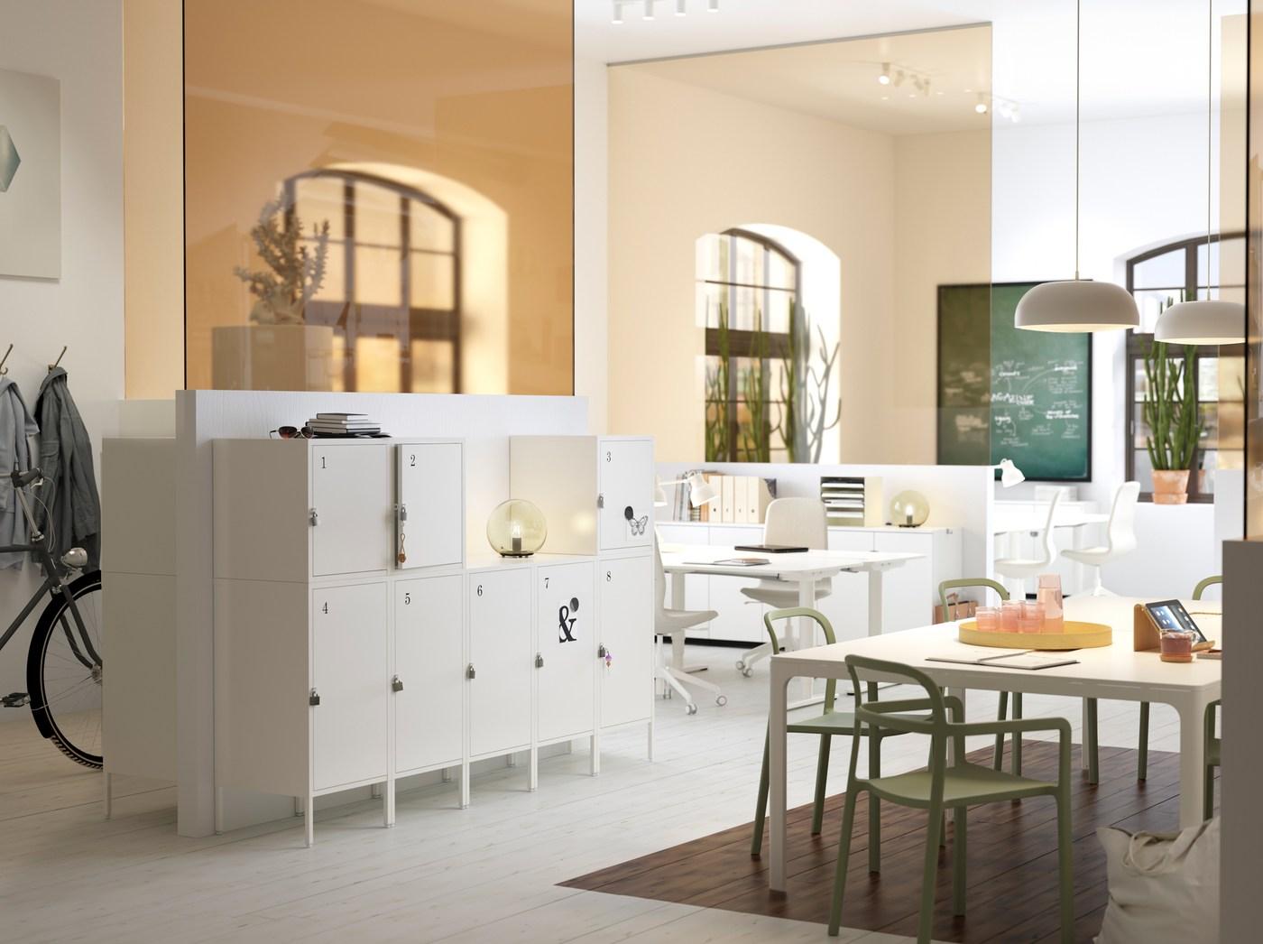 Escritório de tamanho médio, em tons de branco e bege, com armários HÄLLAN, práticos e com fecho, em branco.
