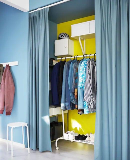 Если у вас в студии всего одно место для хранения, дополните его полками, коробками и вешалкой для одежды.