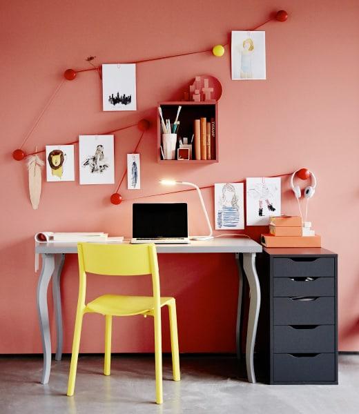 Espace bureau astucieux et tout en couleur, sans oublier les illustrations accrochées au mur