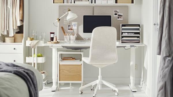 Espacio de estudio y trabajo con silla LÅNGFJÄLL beig claro