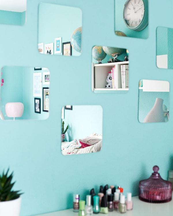 Espejos usados para reflejar la luz; así la habitación parece más grande.