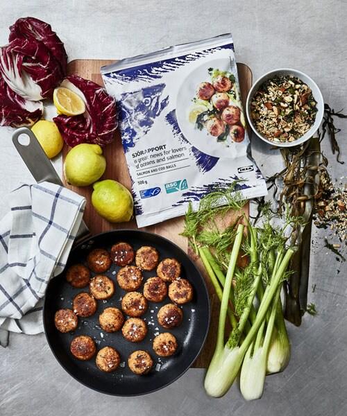 Essayez notre recette de boulettes de saumon accompagnées de grains mélangés et de yogourt.