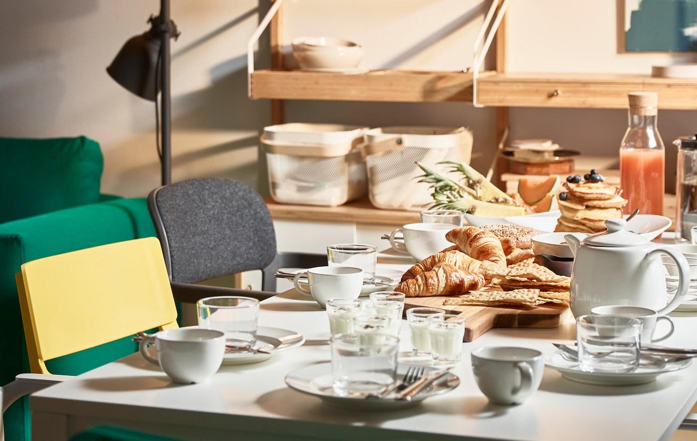 Essen, arbeiten und spielen am Esstisch: Das alles ist möglich mit platzsparenden Möbeln, die auf wenig Raum Platz finden.