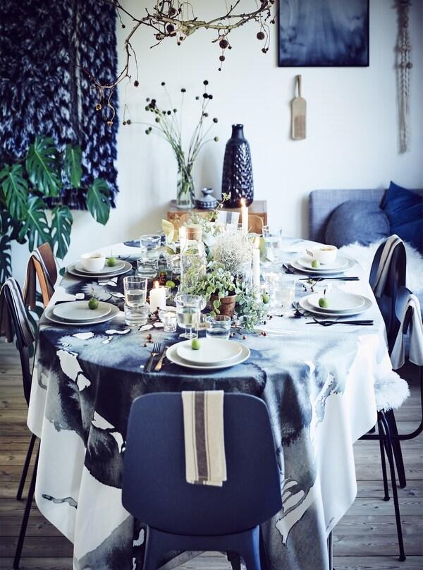 Esszimmer in Blau-Weiß winterlich eingedeckt mit Tischdecke & passendem Geschirr