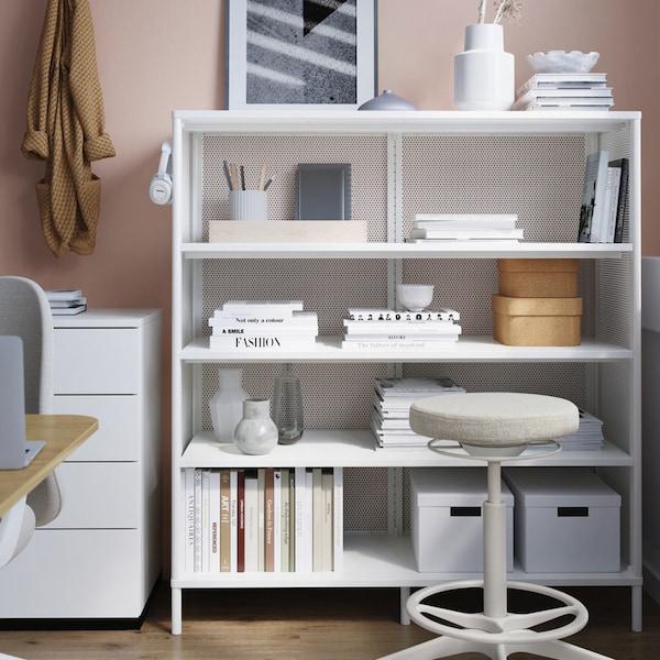 Estantería metálica blanca con material de oficina y un taburete