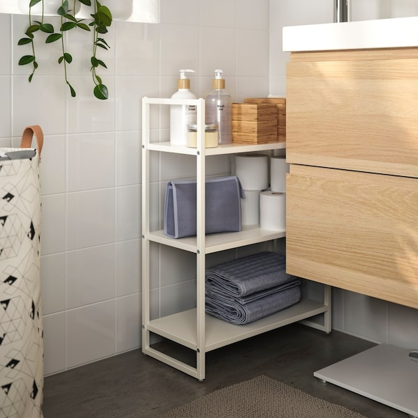 Estantería metálica en el baño con toallas y accesorios