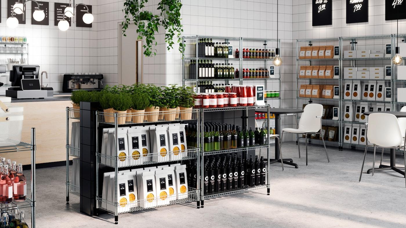 Estanterías OMAR a diferentes alturas con paquetes de alimentos, botellas y plantas bien ordenadas en una tienda limpia.
