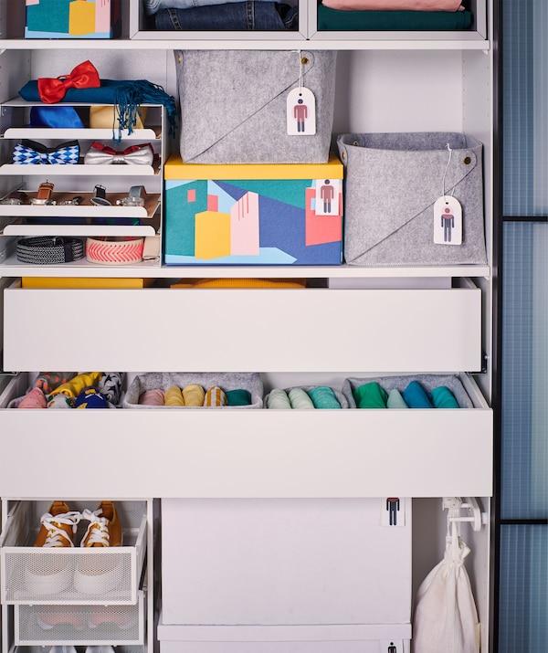 Estrutura de roupeiro sem portas, com várias gavetas e caixas, por sua vez cheias de roupa e acessórios.
