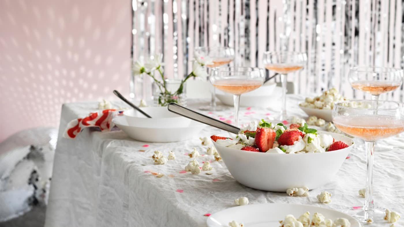 Et bord dekket for fest.