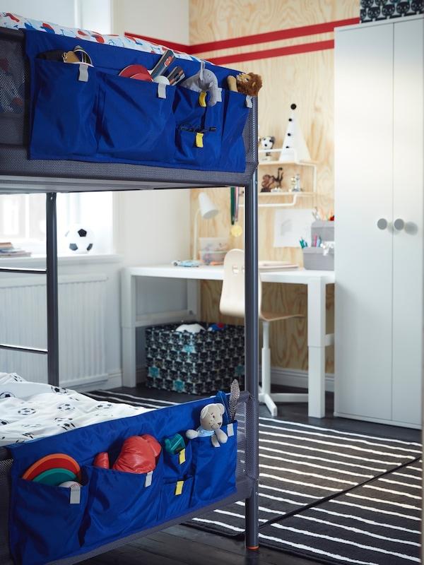 Et børneværelse med blå vægge, TROFAST møbler og en grøn gymnastikmåtte på et blåt gulv