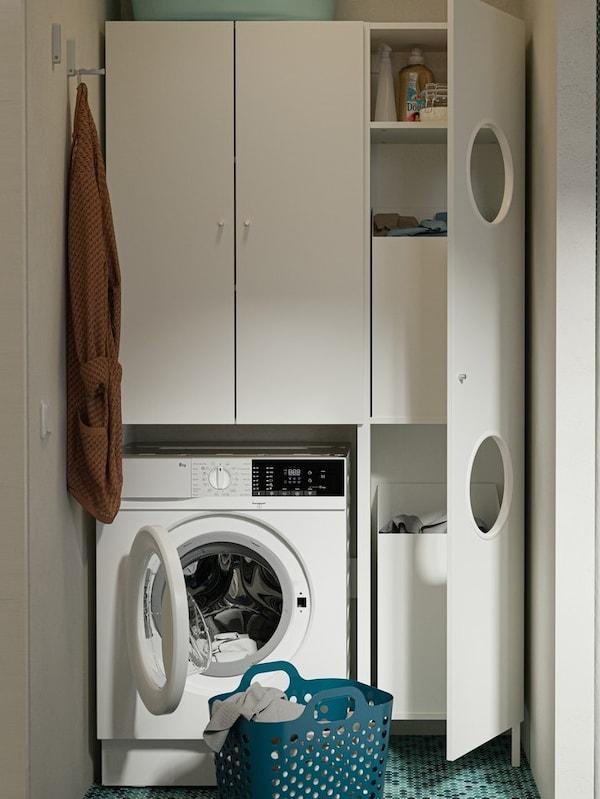 Et bryggers med hylder, vaskemaskiner med gardiner trukket for