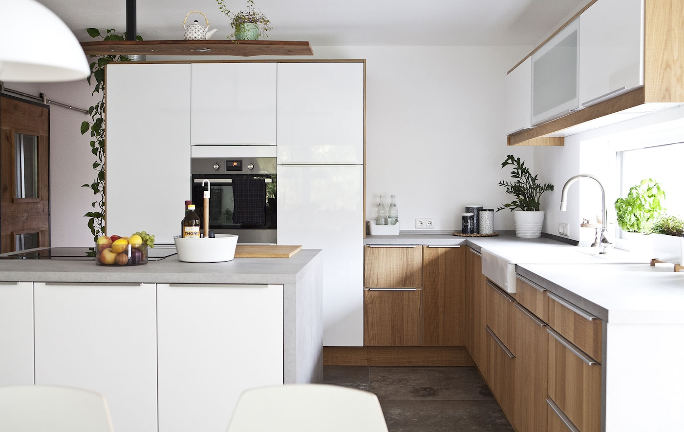 high gloss kitchen design ideas et godt organisert moderne kj 248 kken i landlig stil ikea 7046