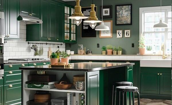 Et grønt køkken i traditionel stil.