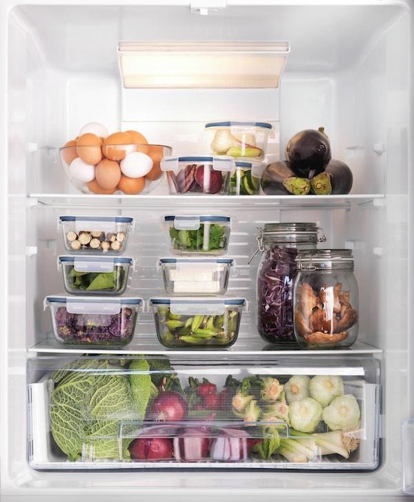 Et køleskab med forskellige madvarer i bøtter