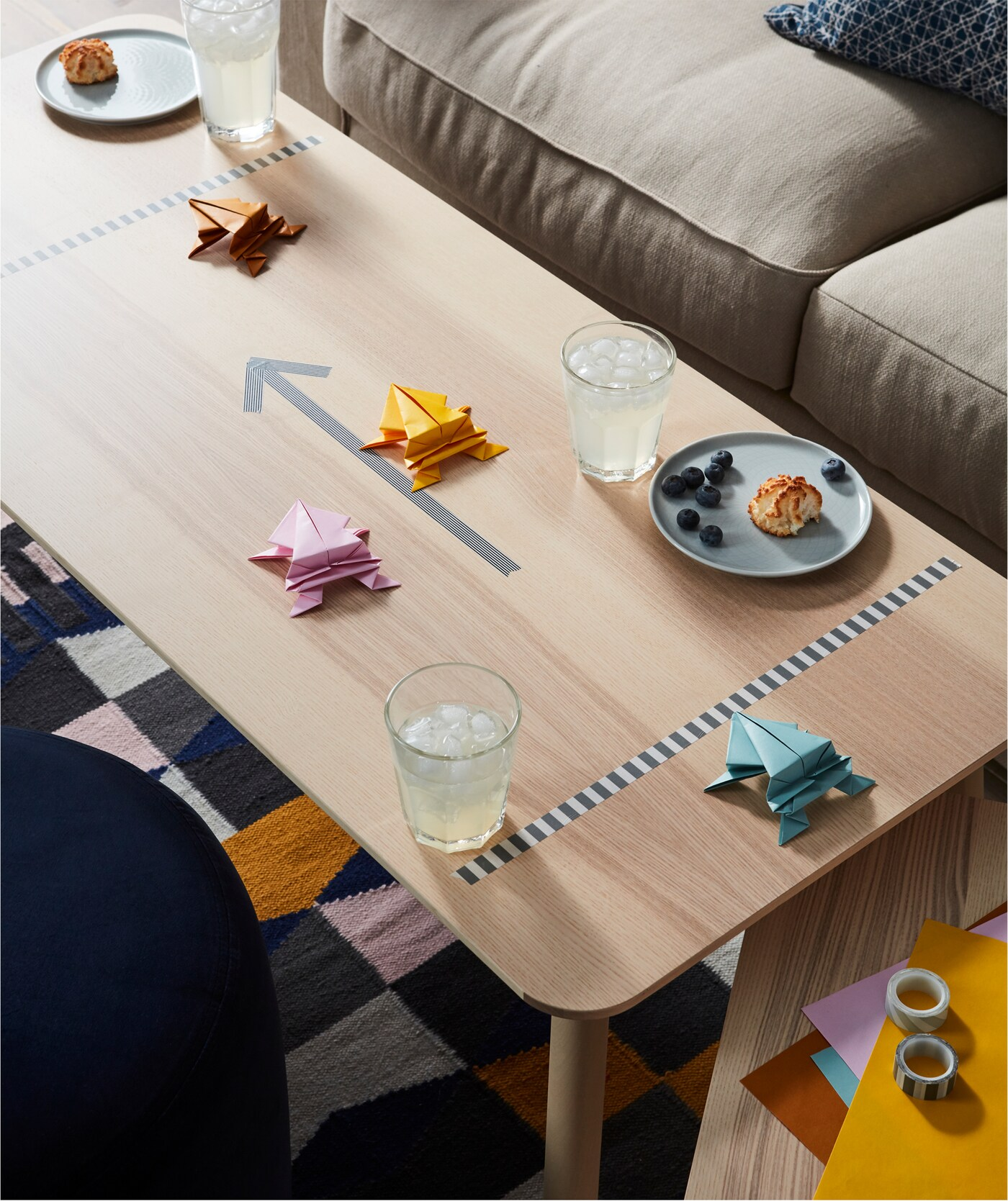 Et sofabord er forvandlet til et spillebræt med snacks