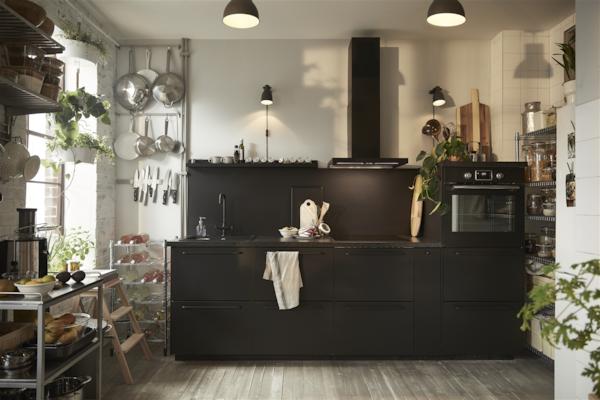 Et sort køkken med KUNGSFORS hylder.