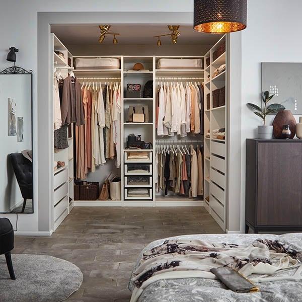 Et soverom med walk-in garderobe.