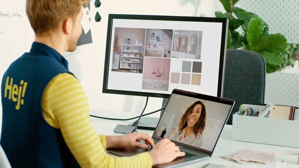 Etäsuunnittelupalvelut, mies tekee sisustussuunnitelmaa asiakkaalle tietokoneella ja toisella ruudulla on asiakas.