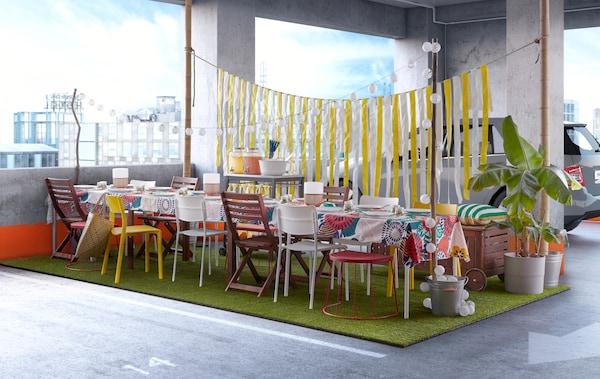 Etentje in open lucht met tafels en zitoplossingen in een park in de stad.