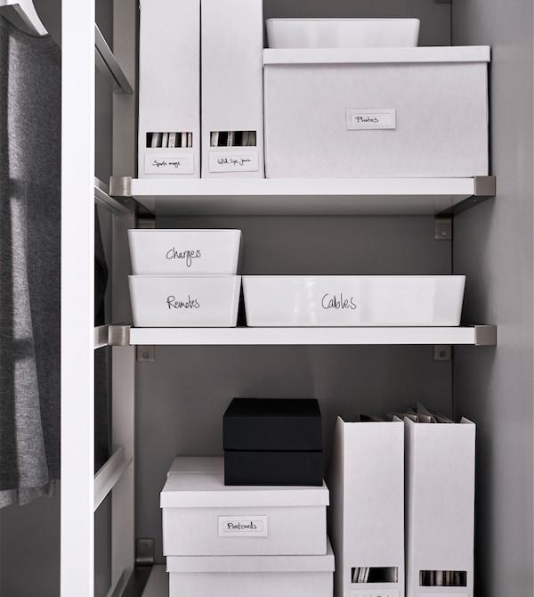 Etikettierte Boxen und Zeitschriftensammler auf einem Regal, u. a. KUGGIS Box mit Deckel in Weiß