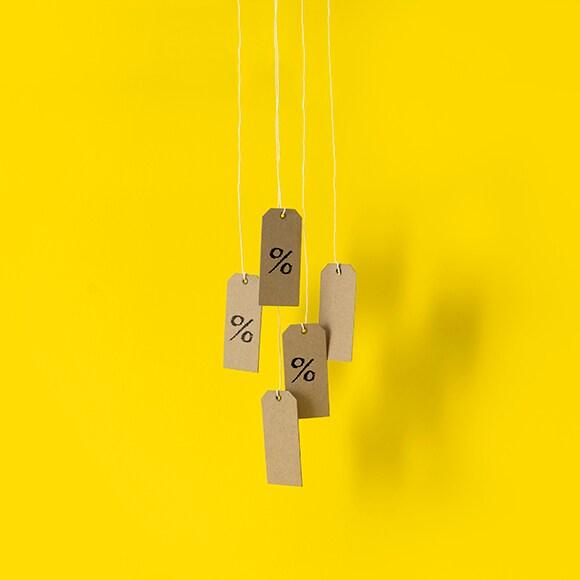 Etiquettes en kraft suspendues devant un fond jaune