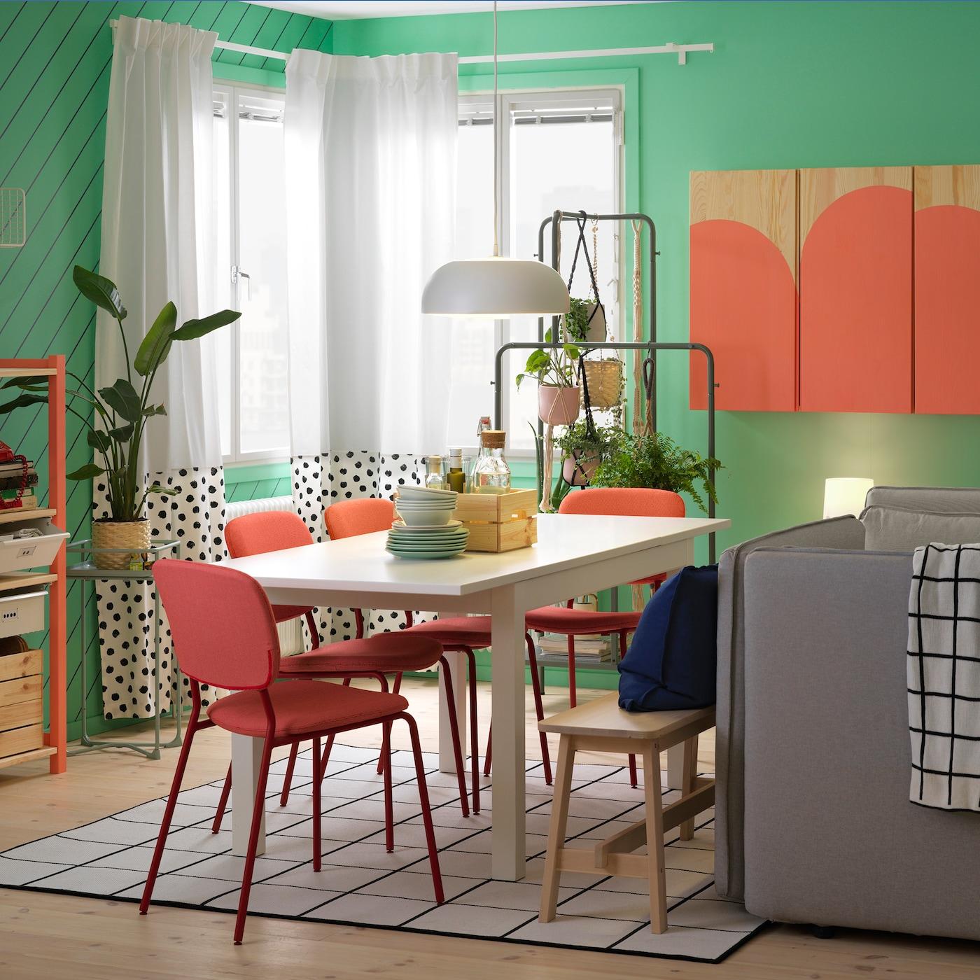 Étkező, asztallal és székekkel, szekrény, dobozokkal.