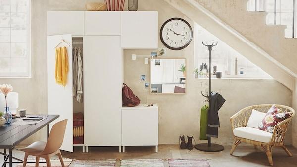 Étkező, ruhatárolókkal és fehér IKEA PLATSA tárolókombinációval.