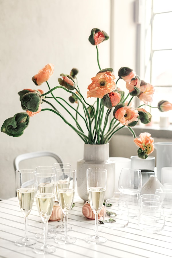 Ett bord dukat till fest med SVALKA glas.