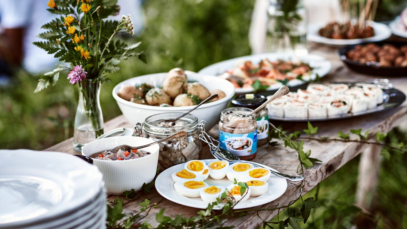 Ett bord dukat till midsommar.
