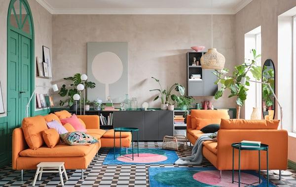 Ett färglatt vardagsrum med sommarens nyhet SÖDERHAMN i ny uppdaterad klädsel