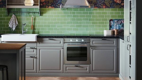 Ett grått kök med BODBYN kökslucka på erbjudande med 20% rabatt.