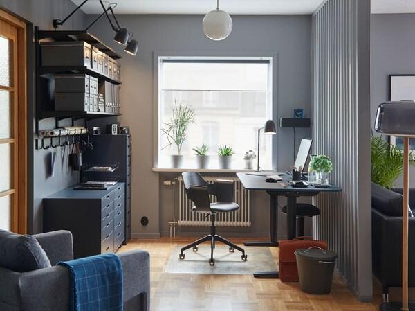 Ett hemmakontor i vardagsrummet med FJÄLLBERGET kontorsstol, BEKANT skrivbord & ALEX låhurtsar med massor av förvaring