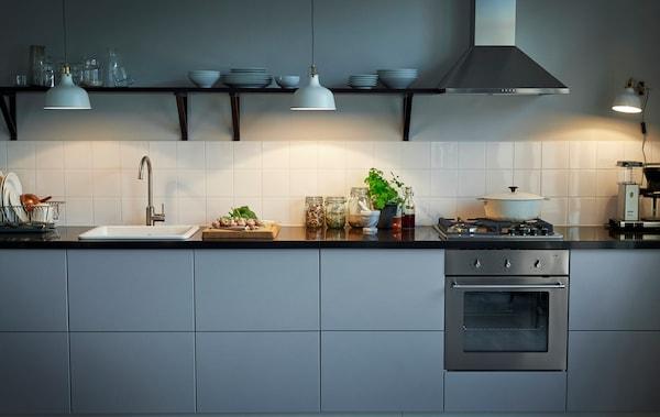 Ett modernt kök med VEDDINGE kökslucka i grått.