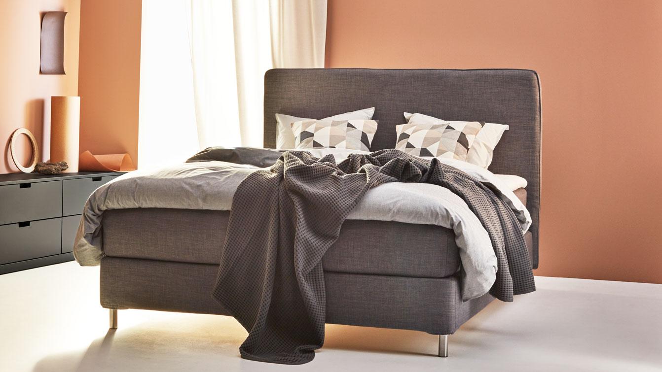 Ett sovrum med DUNVIK kontinentalsäng i grått.