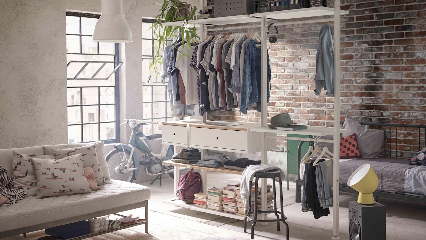 Ett stort ljust sovrum och vardagsrum med ELVARLI förvaring för kläder och småsaker.